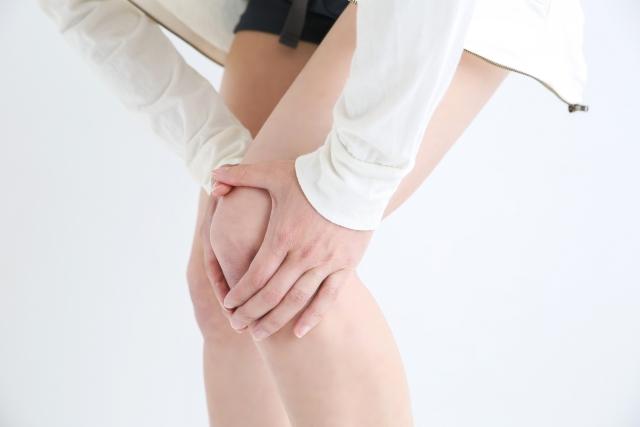 膝痛の症状に悩む女性
